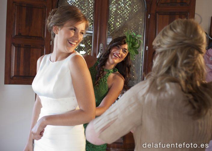 Boda de Arancha y Rafael en Córdoba. La novia en la casa con los preparativos. Reportaje de Boda realizado por De la Fuente Fotografía.