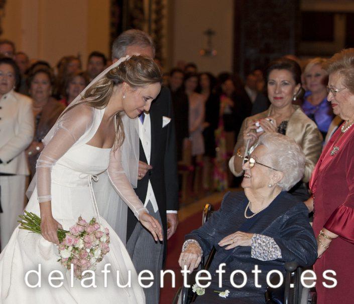 Cuando la novia entra, hace una parada para saludar a su abuela