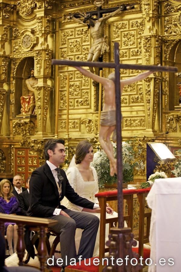 Cristina y Rafa se casaron en la Iglesia de la Trinidad en Córdoba. La celebración fue en Torre de la Barca de Bodegas Campos. El vestido de novia es de Juana Martín, el maquillaje de Menchu Benítez y el peinado de Rafa Maqueda. Fotografía De la Fuente.