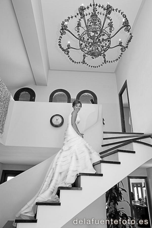 Boda de Arancha y Rafael en Córdoba. La novia posa en las escaleras. Reportaje fotográfico de De la Fuente Fotografía