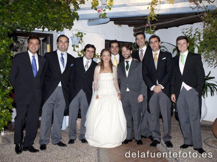 Amigos de Manolo junto a los novios