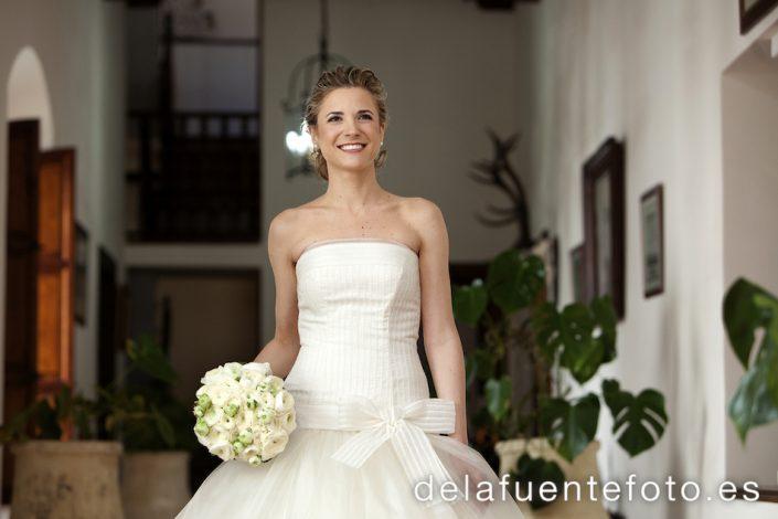 Foto de la novia donde nos enseña su ramo antes de salir para la Iglesia