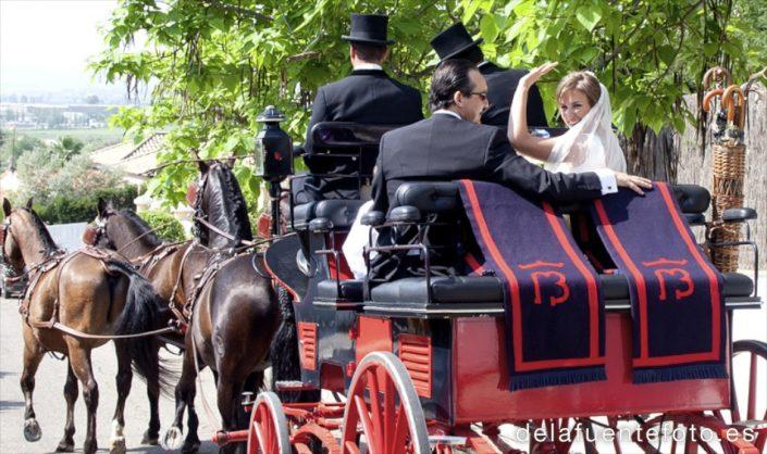 Boda de Arancha y Rafael en Córdoba. Los novios se alejan en el coche de caballos. Reportaje fotográfico de De la Fuente Fotografía