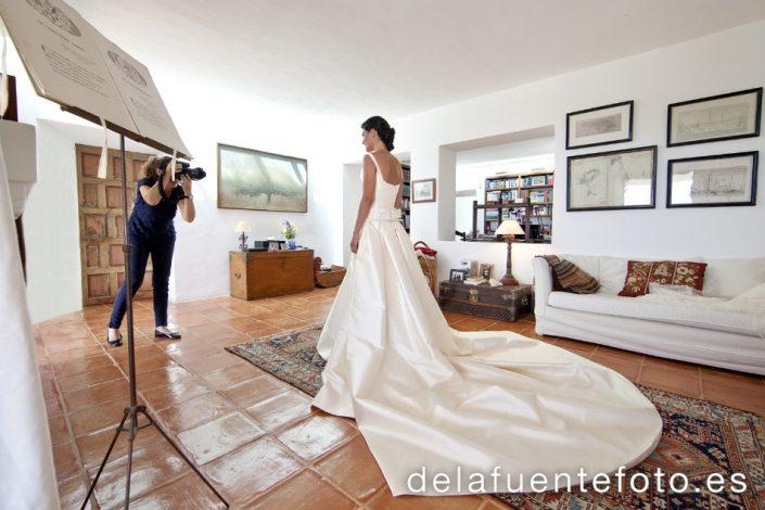 Pancha y Santi celebraron su boda en Ibiza, en la Iglesia del Carmen. Se celebró en Sunset Ashram. De la Fuente Fotografía realizó el reportaje fotográfico.