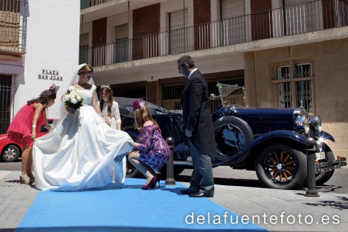 Paula y Antonio celebraron su boda en la Capilla del Colegio de Las Esclavas de Córdoba. El convite fue en Hacienda Santa Rosa y la peluquería y maquillaje de Angel de Mac Estilistas. Fotografía De la Fuente.