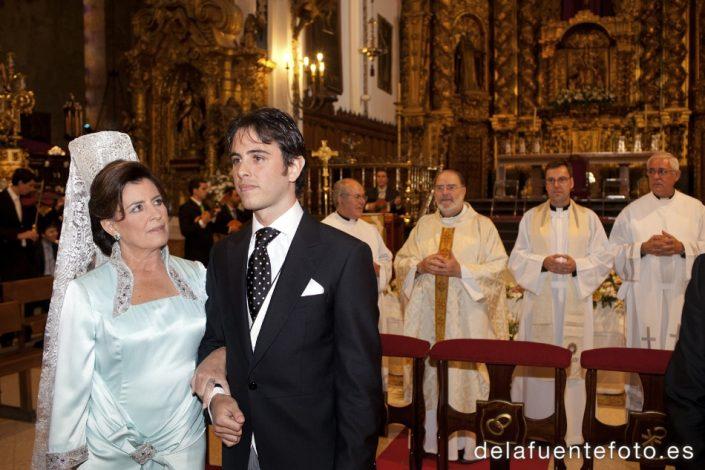 Boda de Arancha y Rafael en Córdoba. El novio, junto a su madre, esperando la llegada de la novia. Reportaje fotográfico de De la Fuente Fotografía