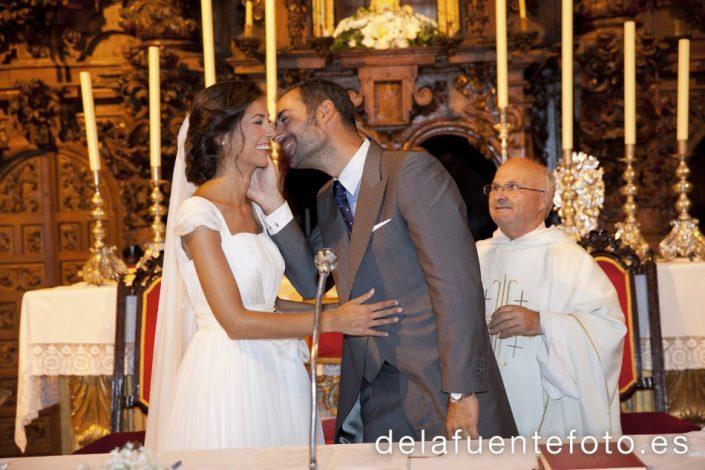 Reportaje de Bodas en Córdoba. Los novios de besan. Reportaje de boda en Córdoba hecho por De la Fuente Fotografía