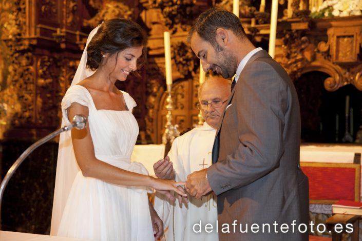 Reportaje de Bodas en Córdoba. Los novios se entregan los anillos. Reportaje de boda en Córdoba hecho por De la Fuente Fotografía