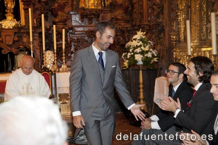 Reportaje de Bodas en Córdoba. El novio saluda. Reportaje de boda en Córdoba hecho por De la Fuente Fotografía