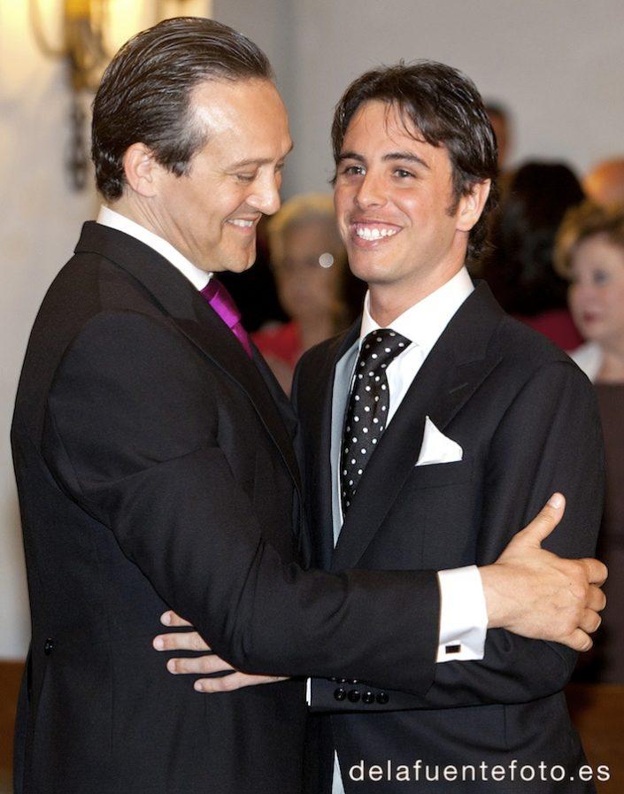 Boda de Arancha y Rafael en Córdoba. Padrino y novio, se abrazan durante la ceremonia. Reportaje fotográfico de De la Fuente Fotografía