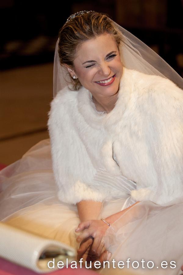 La novia sonríe a sus invitados durante la boda