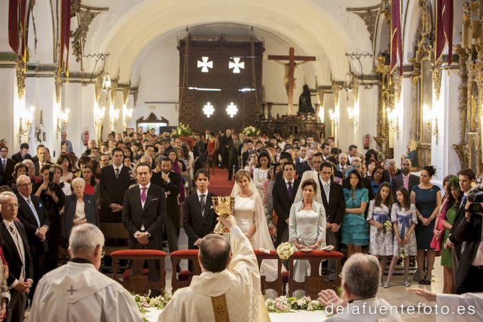 Boda de Arancha y Rafael en Córdoba. En la ceremonia, durante la consagración. Reportaje fotográfico de De la Fuente Fotografía