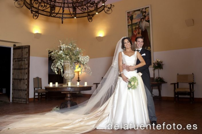 Auxi y Antonio se casaron en la Iglesia de San Hipólito de Córdoba. Lo celebraron en Torre de la Barca - Bodegas Campos. Fotografía De la Fuente.