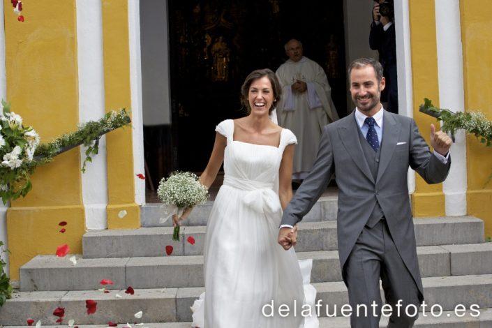 Reportaje de Bodas en Córdoba. Los novios, felices, son recibidos con una lluvia de pétalos. Reportaje de boda en Córdoba hecho por De la Fuente Fotografía