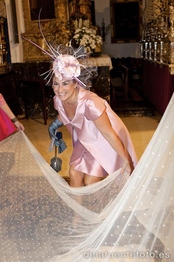 Boda de Arancha y Rafael en Córdoba. La madre de la novia, preparándola para la salida de la iglesia. Reportaje fotográfico de De la Fuente Fotografía