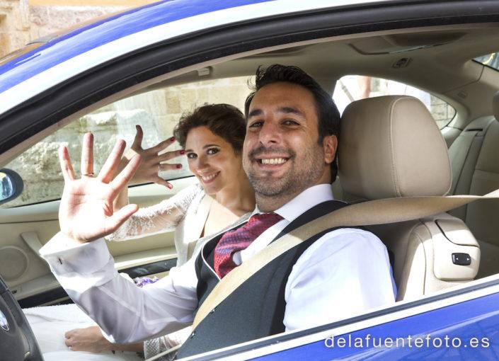 novios en el coche