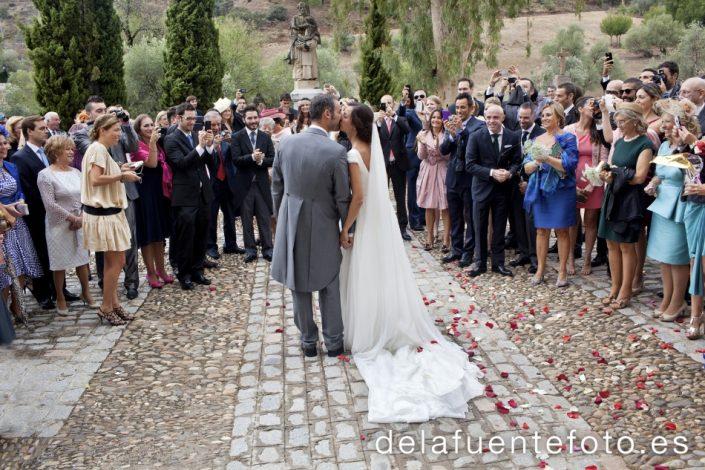Reportaje de Bodas en Córdoba. Los novios comparten su felicidad con los asistentes a su enlace. Reportaje de boda en Córdoba hecho por De la Fuente Fotografía