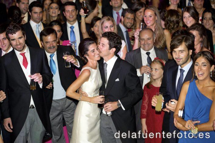 Sunsi y Kike celebraron su boda en la iglesia de San Nicolás, Córdoba. Cena en Círculo de la Amistad. Reportaje de boda por De la Fuente fotografía.