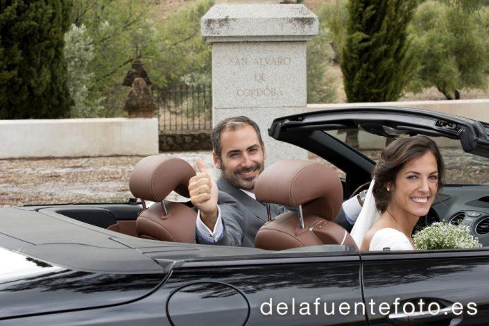 Reportaje de Bodas en Córdoba. Los novios se van en el coche tras su enlace. Reportaje de boda en Córdoba hecho por De la Fuente Fotografía