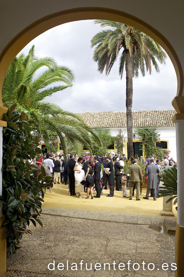 Reportaje de Bodas en Córdoba. Los novios, atendiendo a sus invitados. Reportaje de boda en Córdoba hecho por De la Fuente Fotografía