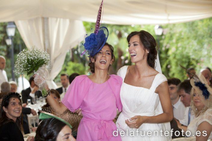 Reportaje de Bodas en Córdoba. La hermana de la novia, feliz tras recibir el ramo de ésta. Reportaje de boda en Córdoba hecho por De la Fuente Fotografía