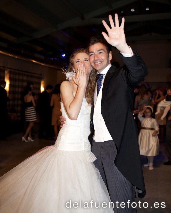 Fotos de boda de Pilar y Bruno. los novios despidiéndose tras su baile