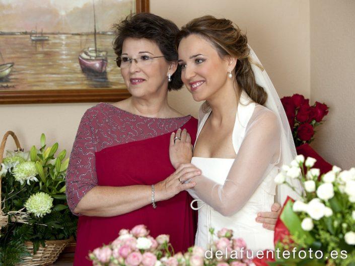 La novia de medio cuerpo junto a su madre