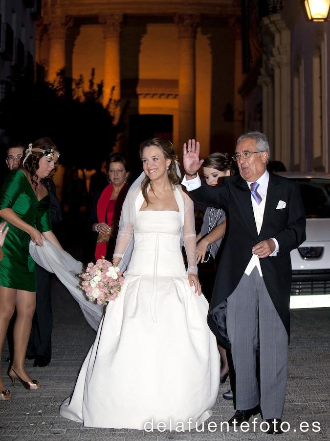 La novia llega en el coche a la iglesia mientras el novio espera