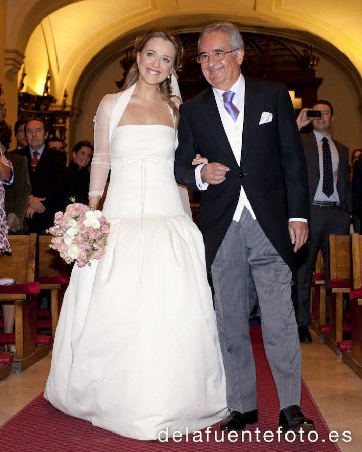 La entrada de la novia mientras el novio la observa de lejos