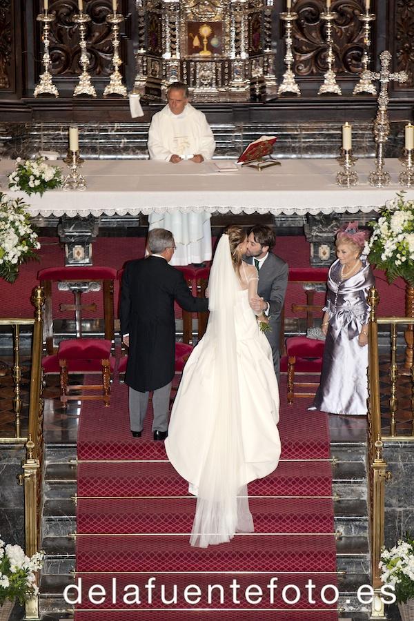 El novio recibiendo a la novia