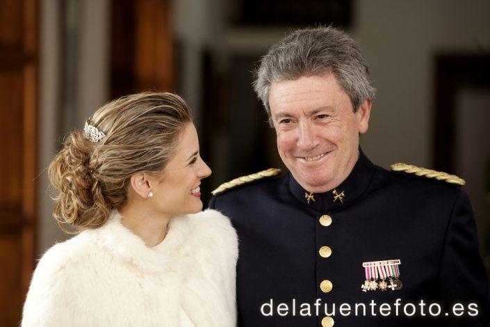 En esta foto la novia sonríe junto a su padre