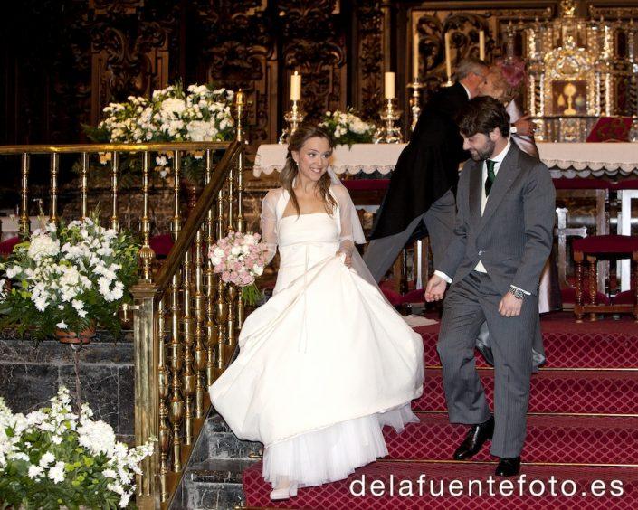 Los novios bajan de el altar tras su ceremonia