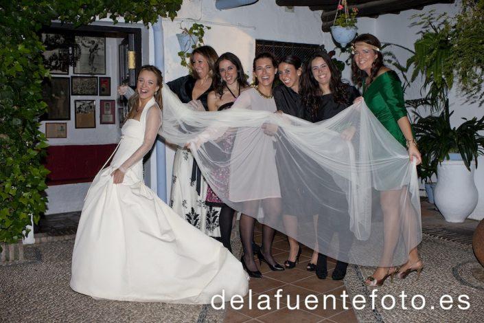 Las amigas de la novia cogieron su velo