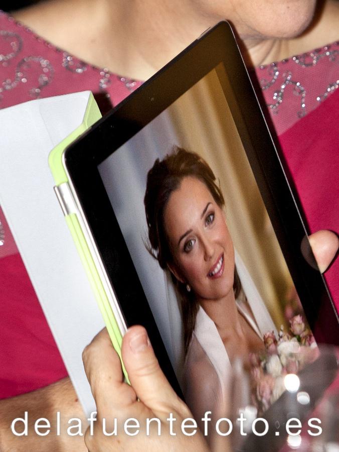 La novia viendo una foto suya en un ipad