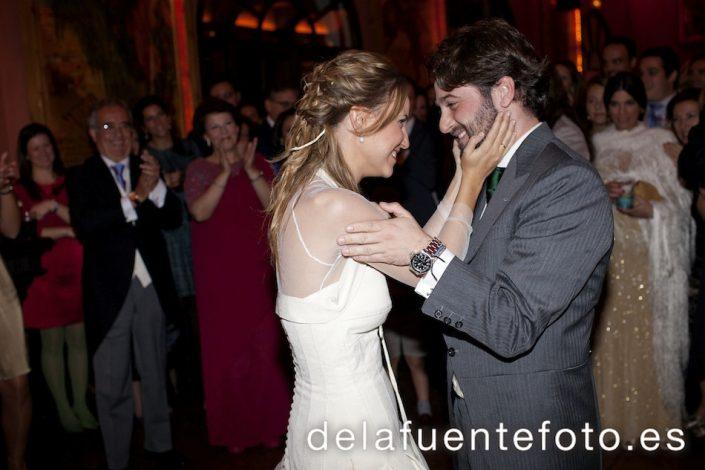 La novia coge la cara del novio en el momento del baile