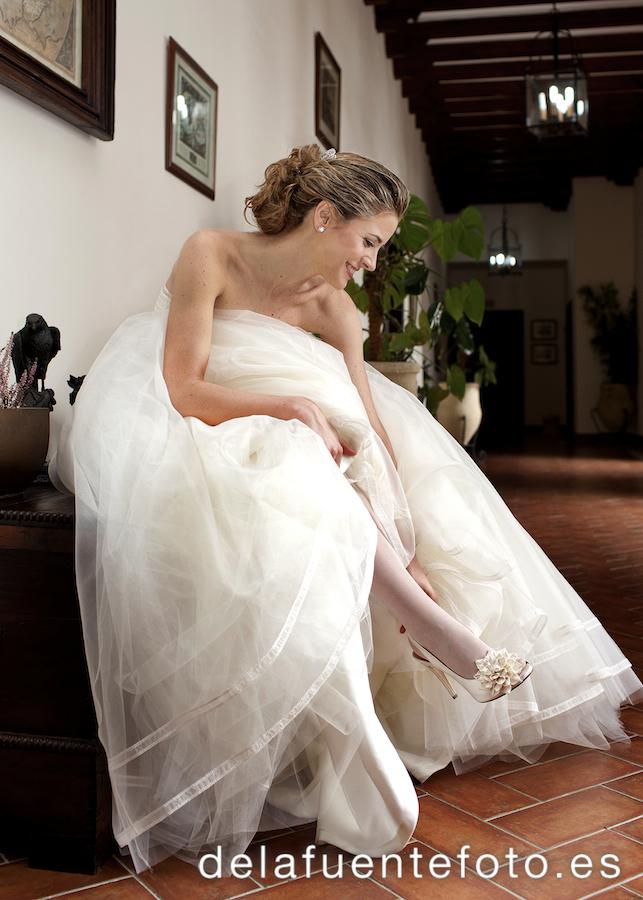 La novia en su casa durante la sesión de fotos con De la Fuente Fotografía