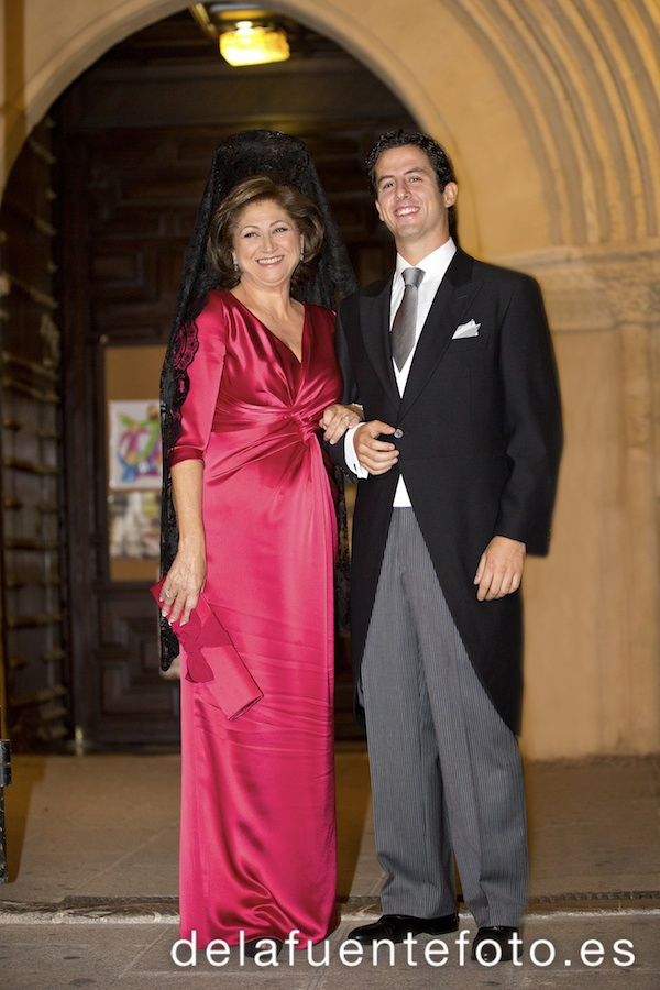 Sunsi y Kike se casaron en la iglesia de San Nicolás, Córdoba. Celebraron una cena en Círculo de la Amistad. Reportaje de boda por De la Fuente fotografía.