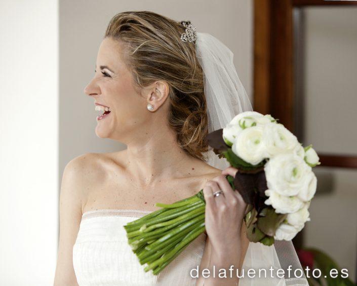 Foto de la novia sonriente con su ramo
