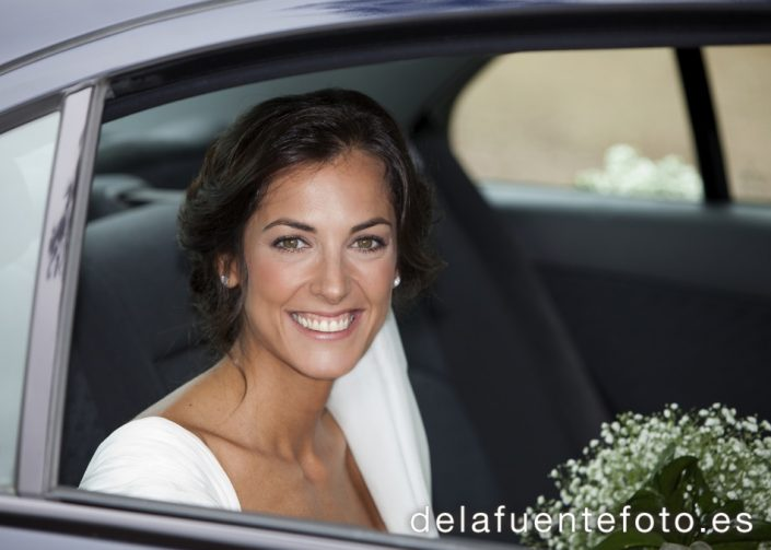 Boda en Córdoba de Laura y Nacho. La novia llega en coche a la iglesia. Reportaje de boda en Córdoba hecho por De la Fuente Fotografía