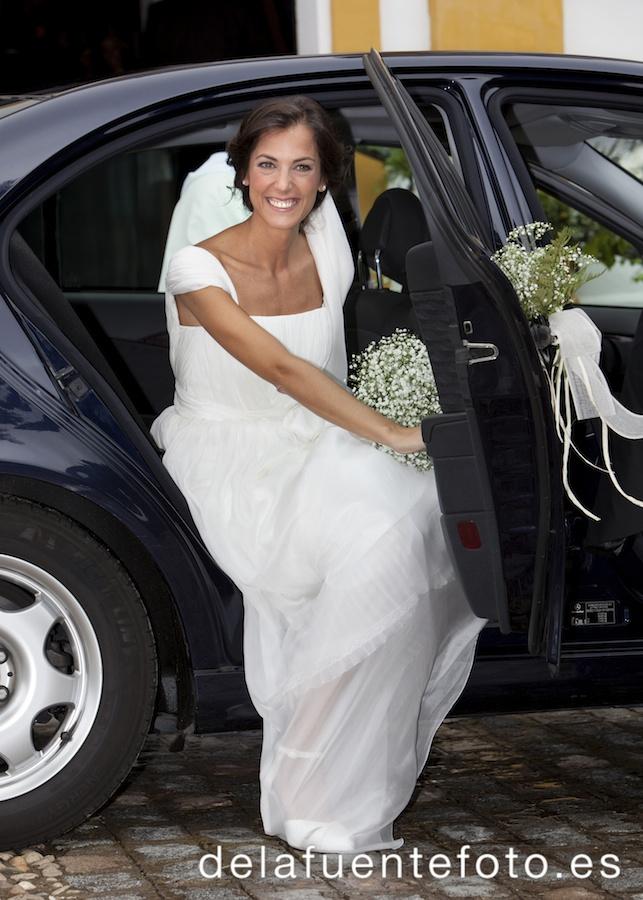 Boda en Córdoba de Laura y Nacho. La novia bajando del coche. Reportaje de boda en Córdoba hecho por De la Fuente Fotografía