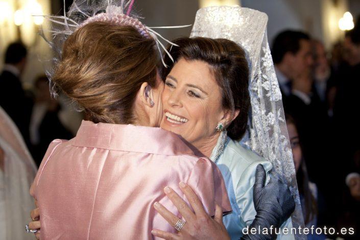 Boda de Arancha y Rafael en Córdoba. La felicidad de las madres, queda patente en esta foto durante la ceremonia. Reportaje fotográfico de De la Fuente Fotografía