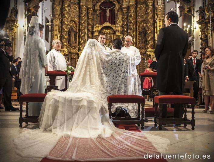 Boda de Arancha y Rafael en Córdoba. Los novios, velándose en la ceremonia. Reportaje fotográfico de De la Fuente Fotografía