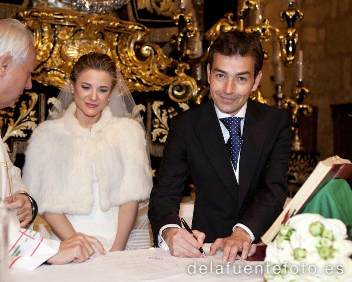 Boda de Bruno y Pilar. El novio firma en el altar