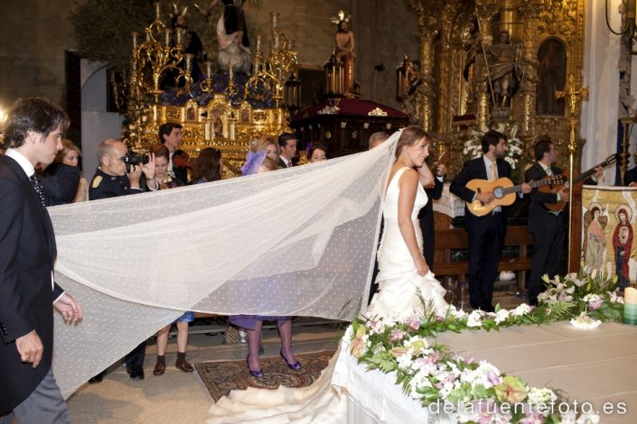 Boda de Arancha y Rafael en Córdoba. La novia en un momento de la ceremonia. Reportaje fotográfico de De la Fuente Fotografía
