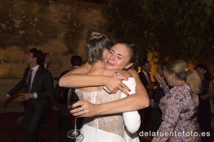 Abrazo de la novia y su amiga
