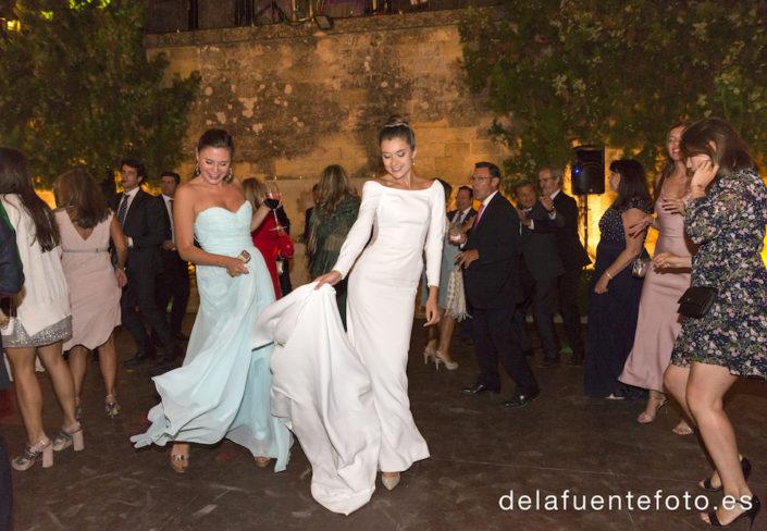 la novia y las amigas bailando