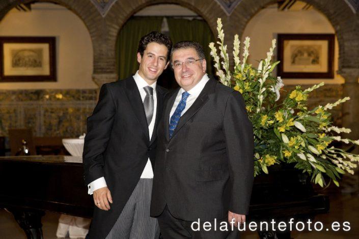 Boda de Sunsi y Kike en Córdoba, en la iglesia de San Nicolás. Celebraron una cena en el Círculo de la Amistad. Reportaje de boda por De la Fuente fotografía.