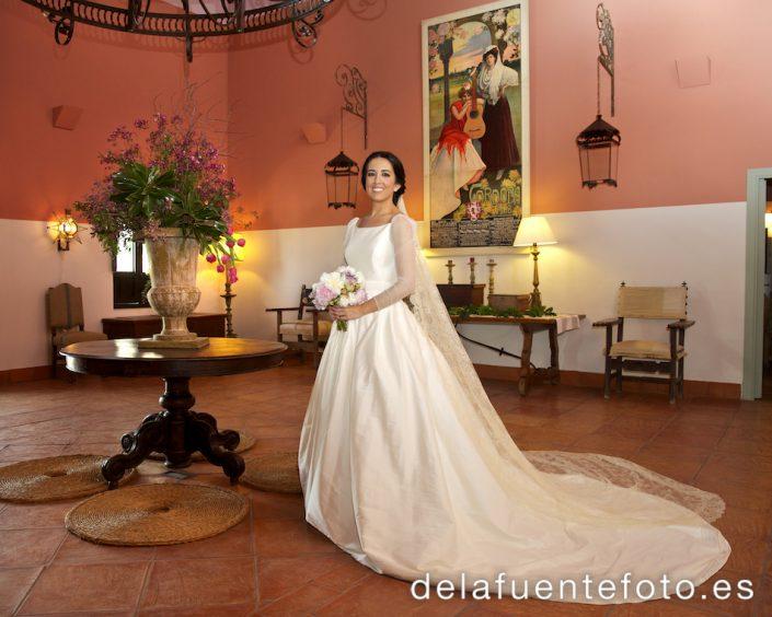 La novia posa en el recibidor