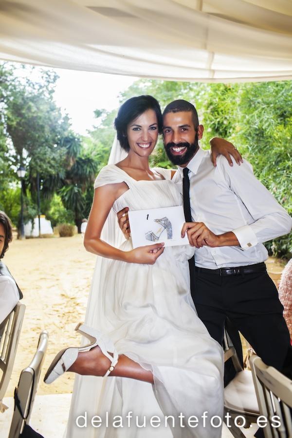 Laura mostrando el zapato que realizó el diseñador de calzado de Zara en su Boda en Córdoba. Reportaje de boda por De la Fuente Fotografía.