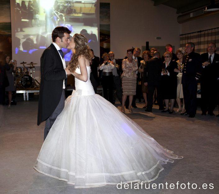 Fotografía de los novios besándose en el baile